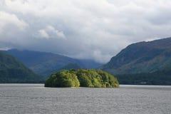 Hügellandschaft mit einem See Stockfotografie