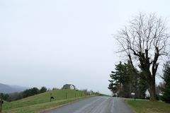 Hügelseiten-Grünwiese mit schönem Hintergrund stockbild