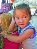 Hügelstamm des kleinen Mädchens Lizenzfreie Stockbilder
