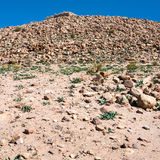 Hügelsteigung mit Steinruinen in PETRA-Stadt Stockbild