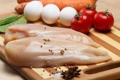 Hühnchenbrustfleisch auf hölzernem Vorstand Stockbild