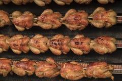 Hühner auf dem Rotisserie stockfotos
