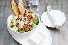 Hühner-Caesar-Salat mit Croutons und Käse lizenzfreies stockbild