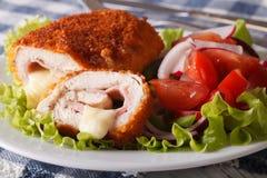 Hühner-cordon bleu-Schnitt und eine Salatnahaufnahme horizontal Lizenzfreie Stockfotografie