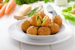Hühner-Fried Cheese-Bälle mit Frühlingszwiebeln Stockfotos