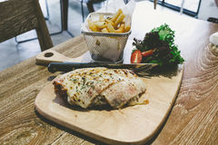 Hühner-Parma-Aufschlag mit Pommes-Frites Stockfoto