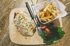Hühner-Parma-Aufschlag mit Pommes-Frites Stockfotos