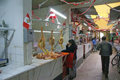 Hühner sind zum Verkauf in Metzgerei betriebsbereit stockbild