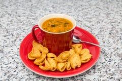 Hühner-und Mais-Suppe im roten Becher Stockfoto
