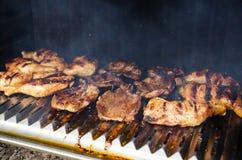 Hühner- und Rindfleischfleisch darunter grillen, Kohle stockbilder