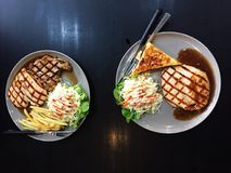Hühner- und Schweinefleischsteak mit Soße des schwarzen Pfeffers lizenzfreie stockbilder