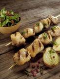 Hühneraufsteckspindeln mit Zwiebel und Salat stockfotos