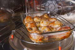 Hühnerbeine auf einem Glasteller Stockbilder