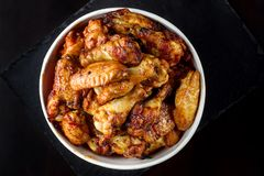Hühnerbeine in einem Eimer Stockfoto