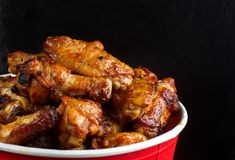Hühnerbeine in einem Eimer Lizenzfreie Stockfotos