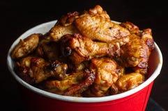 Hühnerbeine in einem Eimer Stockbild