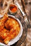 Hühnerbeine gewürzt durch spezielle Gewürzmischung Stockbild