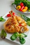 Hühnerbeine im Teig mit Gemüse und Kopfsalat stockbild