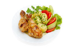 Hühnerbeine, Kartoffeln und Gemüsesalat Lizenzfreie Stockfotos