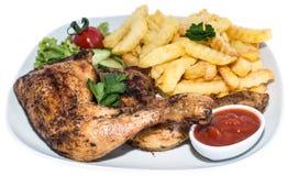 Hühnerbeine mit Chips (auf Weiß) Stockbild