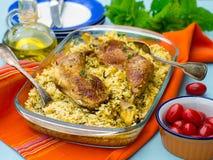 Hühnerbeine mit Safranreis und -gewürzen Stockfotografie