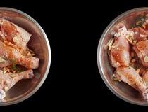 Hühnerbeine roh Getrennter schwarzer Hintergrund Stockfotos