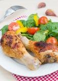 Hühnerbeine und Salat Lizenzfreies Stockfoto