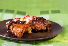 Hühnerbeinschenkel gegrillt, nicht paniert Auf einer braunen Platte mit Salat stockfotos