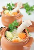Hühnerbrühe mit Nudeln und Huhnschenkel Lizenzfreies Stockfoto