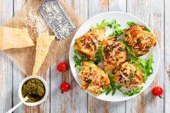 Hühnerbrust auf weißem Teller mit frischem Arugula Lizenzfreie Stockfotos