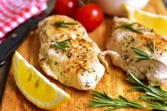Hühnerbrust gebacken mit Rosmarin Stockfotos