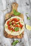 Hühnerbrust, gebratene rote Pfeffer und Zwiebeln und selbst gemachte Tortilla Stockfotografie