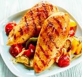 Hühnerbrust gedient mit Gemüse stockfotografie