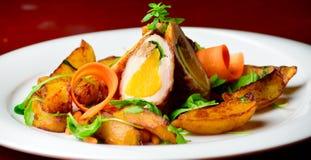 Hühnerbrust gefüllter angefüllter Pfirsich mit würzigen Kartoffeln Stockfotografie
