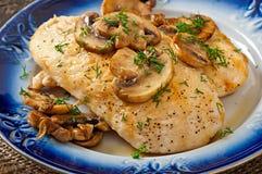Hühnerbrust gegrillt mit Pilzen lizenzfreies stockfoto