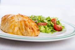 Hühnerbrust im französischen Gebäck mit frischem Salat lizenzfreies stockbild