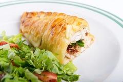 Hühnerbrust im französischen Gebäck mit frischem Salat stockfotografie