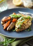 Hühnerbrust mit gebratenem Gemüse Stockfotos