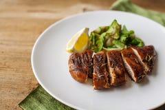 Hühnerbrust mit Gemüse und Zitrone Lizenzfreie Stockbilder