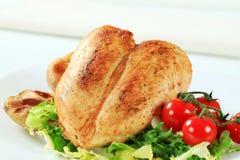 Hühnerbrust mit Kartoffeln und Salat Stockfotografie