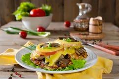 Hühnerbrust mit Pilzen und Käse Stockfotos