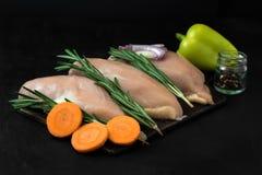 Hühnerbrust mit Rosmarin und Karotten mit Gemüsepaprika und Zwiebeln Lizenzfreies Stockbild