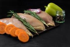 Hühnerbrust mit Rosmarin und Karotten mit Gemüsepaprika und Zwiebeln Lizenzfreie Stockfotos