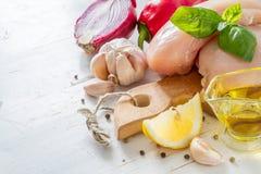 Hühnerbrust und Bestandteile auf weißem hölzernem Hintergrund Stockfoto