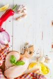 Hühnerbrust und Bestandteile auf weißem hölzernem Hintergrund Lizenzfreies Stockbild