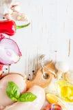 Hühnerbrust und Bestandteile auf weißem hölzernem Hintergrund Lizenzfreies Stockfoto