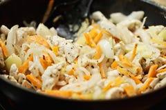 Hühnerbrust und Gemüse in einem Wok stockfotografie