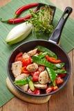 Hühnerbrustfleisch und -gemüse auf Bratpfanne Lizenzfreie Stockfotos