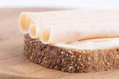 Hühnerbrustsalami auf dem chrono Brot Stockbild