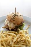 Hühnerburger mit Fischrogen lizenzfreie stockbilder